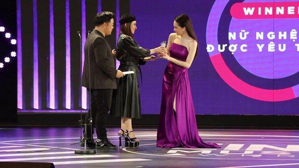 Phi Nhung đã cố chọn đôi giày siêu cao khổng lồ 25cm mà vẫn thấp hơn Hương Giang-4