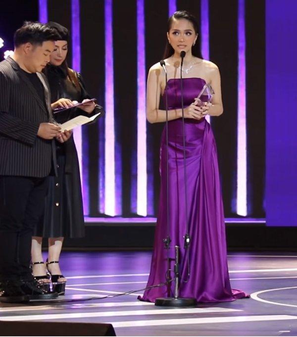 Phi Nhung đã cố chọn đôi giày siêu cao khổng lồ 25cm mà vẫn thấp hơn Hương Giang-5