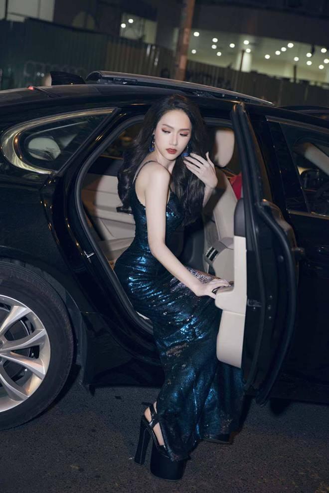 Phi Nhung đã cố chọn đôi giày siêu cao khổng lồ 25cm mà vẫn thấp hơn Hương Giang-8