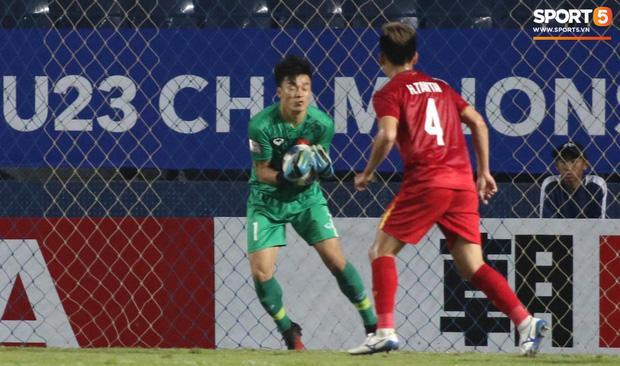 Fans Việt phát sốt với màn cản bóng bằng chân xuất thần của thủ môn Bùi Tiến Dũng-1