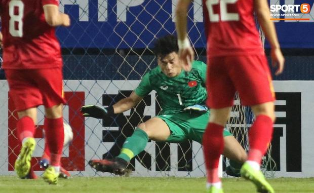 Fans Việt phát sốt với màn cản bóng bằng chân xuất thần của thủ môn Bùi Tiến Dũng-2