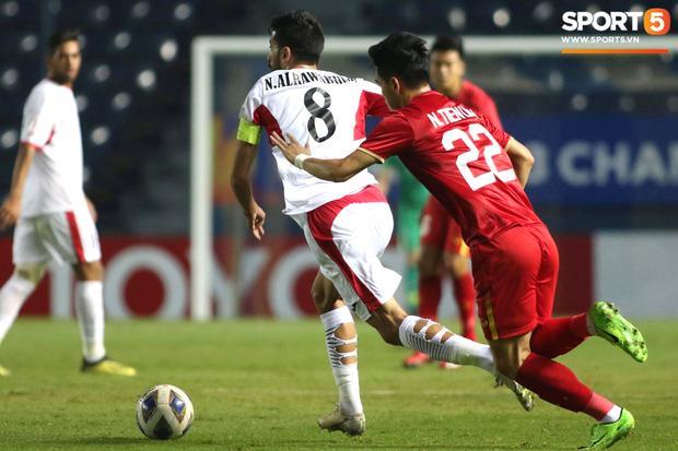 Góc lạ lẫm: Cầu thủ U23 Jordan cố tình đi tất thủng trong trận gặp U23 Việt Nam-1