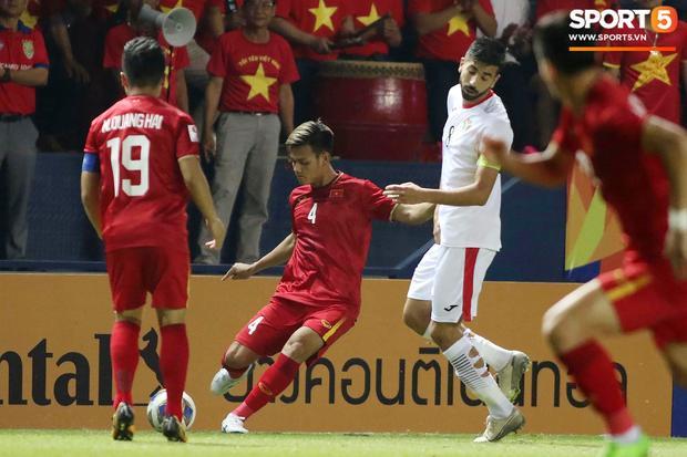 Góc lạ lẫm: Cầu thủ U23 Jordan cố tình đi tất thủng trong trận gặp U23 Việt Nam-2