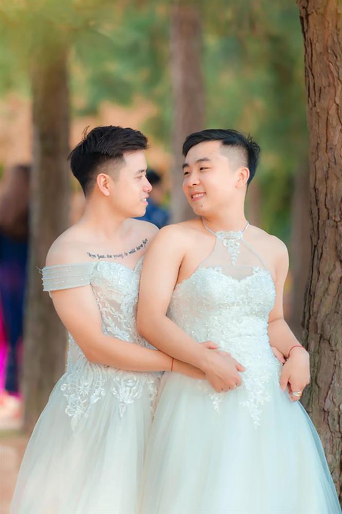 Mặc váy cưới rồi ôm hôn nhau say đắm, hai chàng trai sáng nhất mạng xã hội hôm nay-1