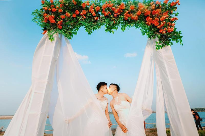 Mặc váy cưới rồi ôm hôn nhau say đắm, hai chàng trai sáng nhất mạng xã hội hôm nay-2