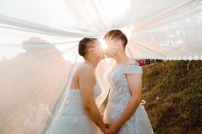Mặc váy cưới rồi ôm hôn nhau say đắm, hai chàng trai sáng nhất mạng xã hội hôm nay-4