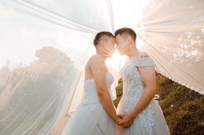 Mặc váy cưới rồi ôm hôn nhau say đắm, hai chàng trai sáng nhất mạng xã hội hôm nay-3
