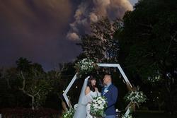 Đôi trẻ Philippines tổ chức đám cưới khi núi lửa phun trào phía sau