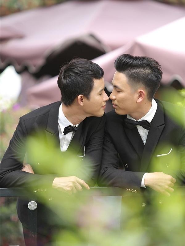 Mặc váy cưới rồi ôm hôn nhau say đắm, hai chàng trai sáng nhất mạng xã hội hôm nay-6