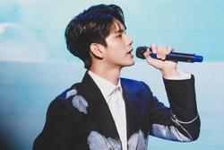 Ong Seong Wu sử dụng mic do fan Việt tặng tại fanmeeting