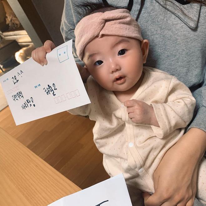 Mua đồ hiệu Burberry tặng cháu gái mới hơn 3 tháng tuổi, Jisoo chính là người dì quốc dân ai cũng muốn có-2