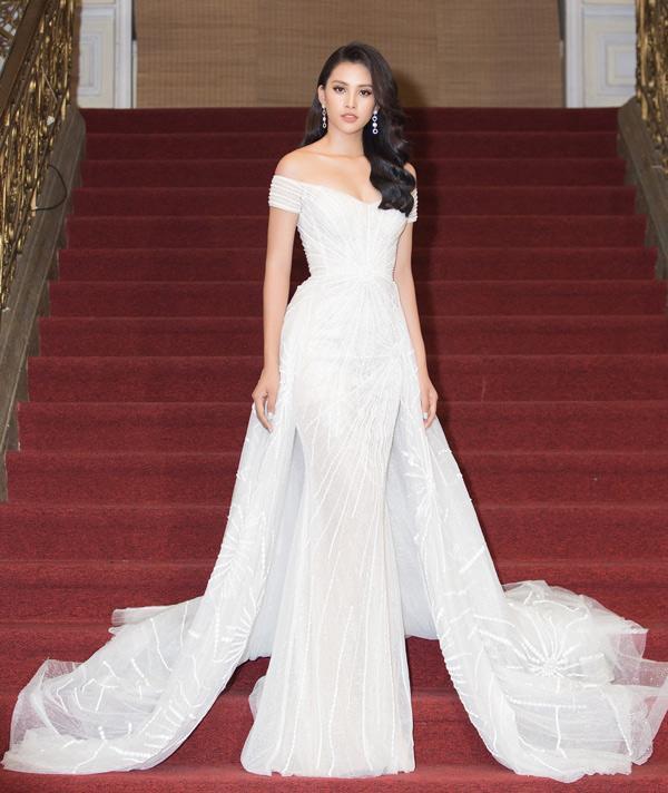 Mặc lại chiếc váy định mệnh trên đấu trường quốc tế, mỹ nhân Việt nào đạt phong độ đỉnh cao?-12