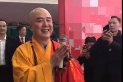 'Đường Tăng' Từ Thiếu Hoa diễn hội chợ, nhiều khán giả ôm ấp quá khích gây bất bình