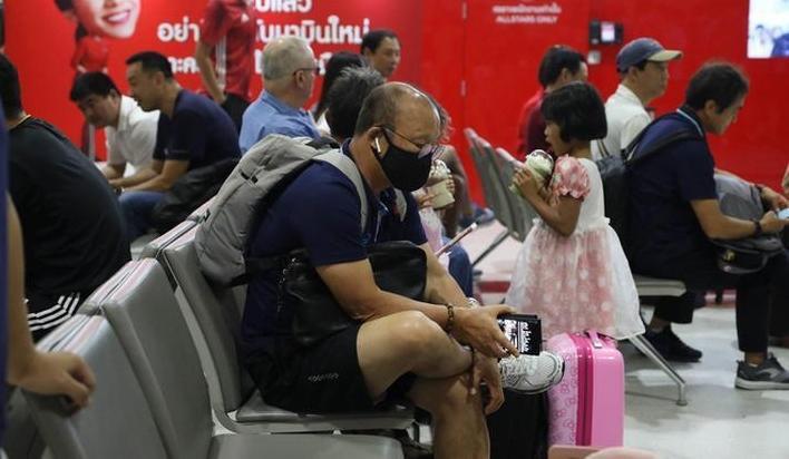 Trước trận đấu sinh tử, thầy Park lộ tâm trạng mệt mỏi ở sân bay làm fan lo lắng-2
