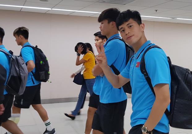 Trước trận đấu sinh tử, thầy Park lộ tâm trạng mệt mỏi ở sân bay làm fan lo lắng-1