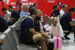 Trước trận đấu sinh tử, thầy Park lộ tâm trạng mệt mỏi ở sân bay làm fan lo lắng