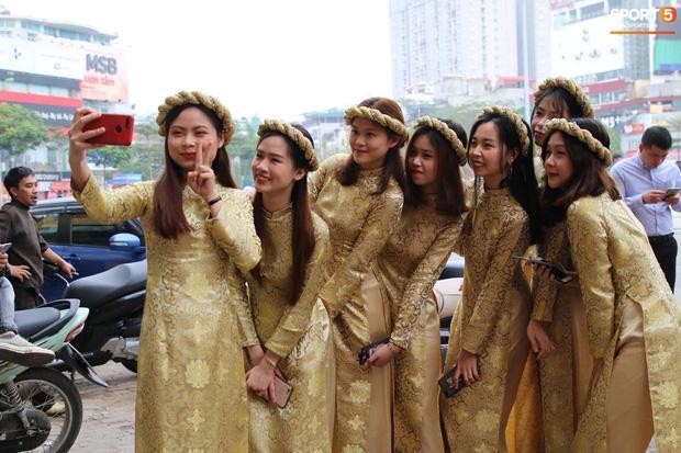 Chú rể Đỗ Duy Mạnh trang điểm sương sương, cô dâu Quỳnh Anh vấn đầu tổ chim trong lễ ăn hỏi-10