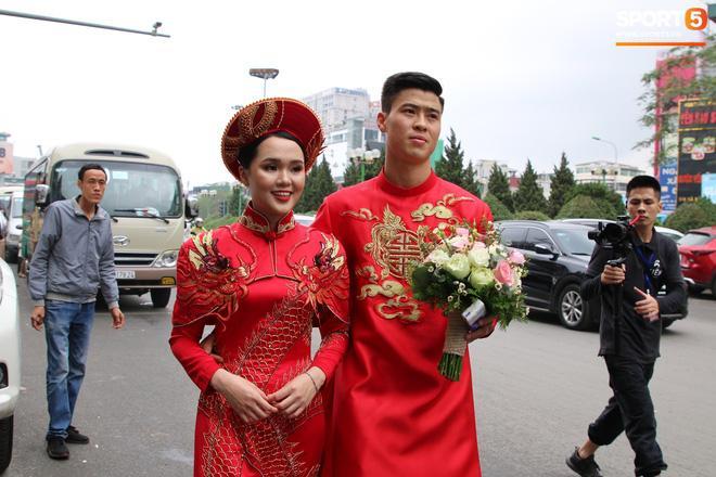Đỗ Duy Mạnh và Quỳnh Anh chơi lớn với bộ áo ăn hỏi cầu kỳ, khổ nỗi lại tông lệch tông-5