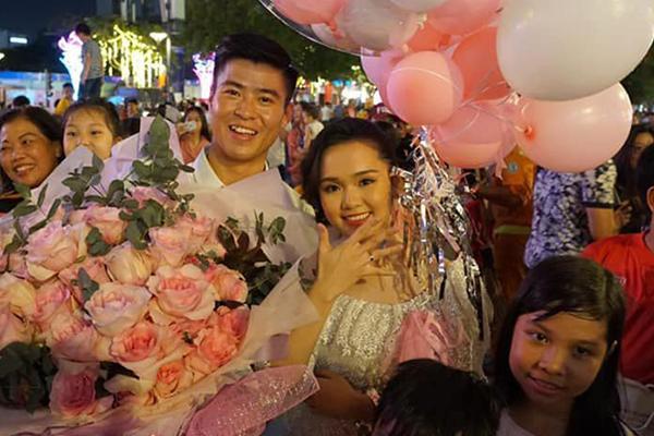 Bức ảnh HOT nhất đám hỏi Duy Mạnh - Quỳnh Anh: Cô dâu bị cảm, chú rể xoa đầu giúp vợ-3