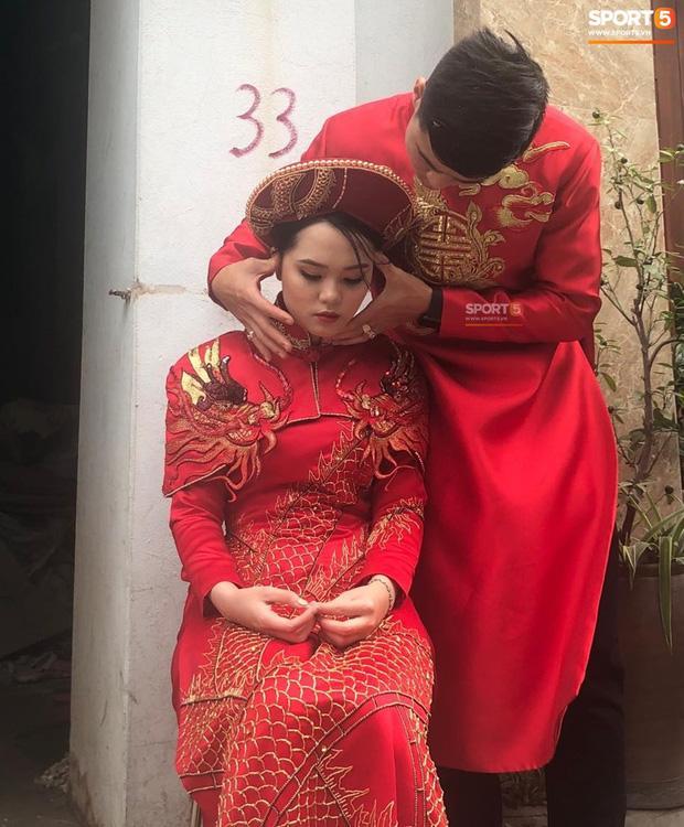 Bức ảnh HOT nhất đám hỏi Duy Mạnh - Quỳnh Anh: Cô dâu bị cảm, chú rể xoa đầu giúp vợ-1