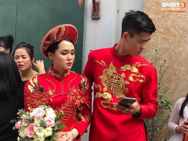 Bức ảnh HOT nhất đám hỏi Duy Mạnh - Quỳnh Anh: Cô dâu bị cảm, chú rể xoa đầu giúp vợ-2