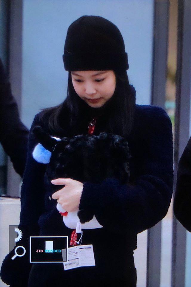 BLACKPINK Jennie cúi gằm mặt, lộ vẻ hoảng sợ tại sân bay-1