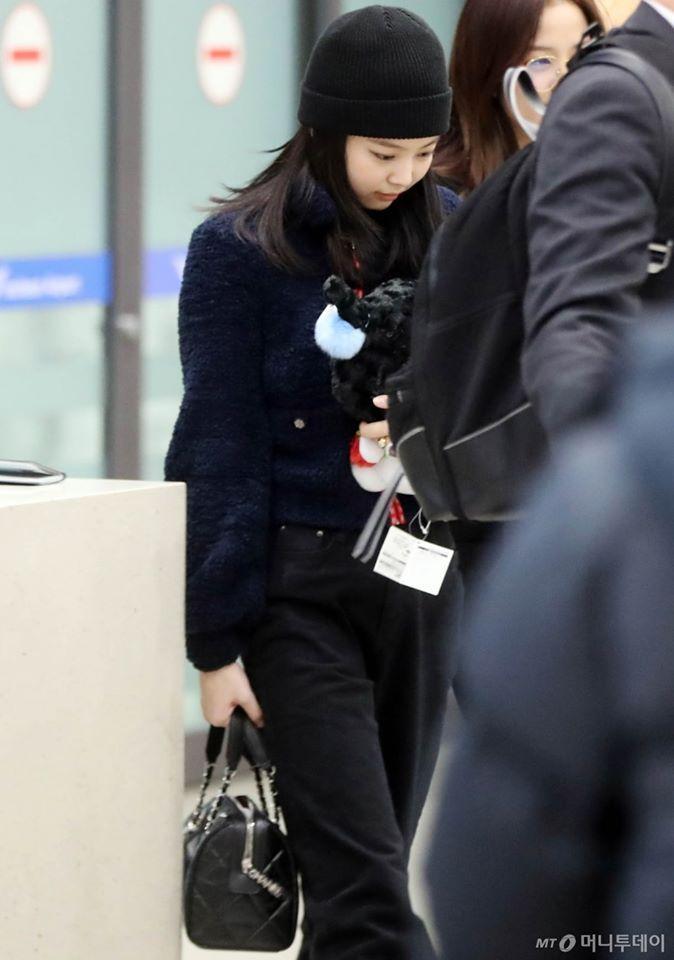 BLACKPINK Jennie cúi gằm mặt, lộ vẻ hoảng sợ tại sân bay-3