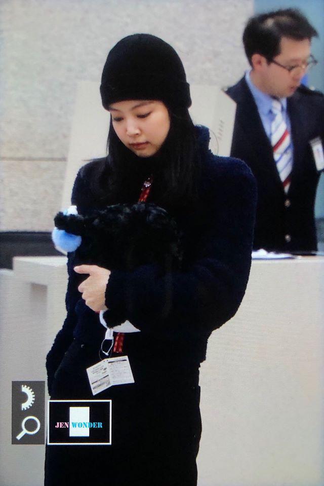 BLACKPINK Jennie cúi gằm mặt, lộ vẻ hoảng sợ tại sân bay-4