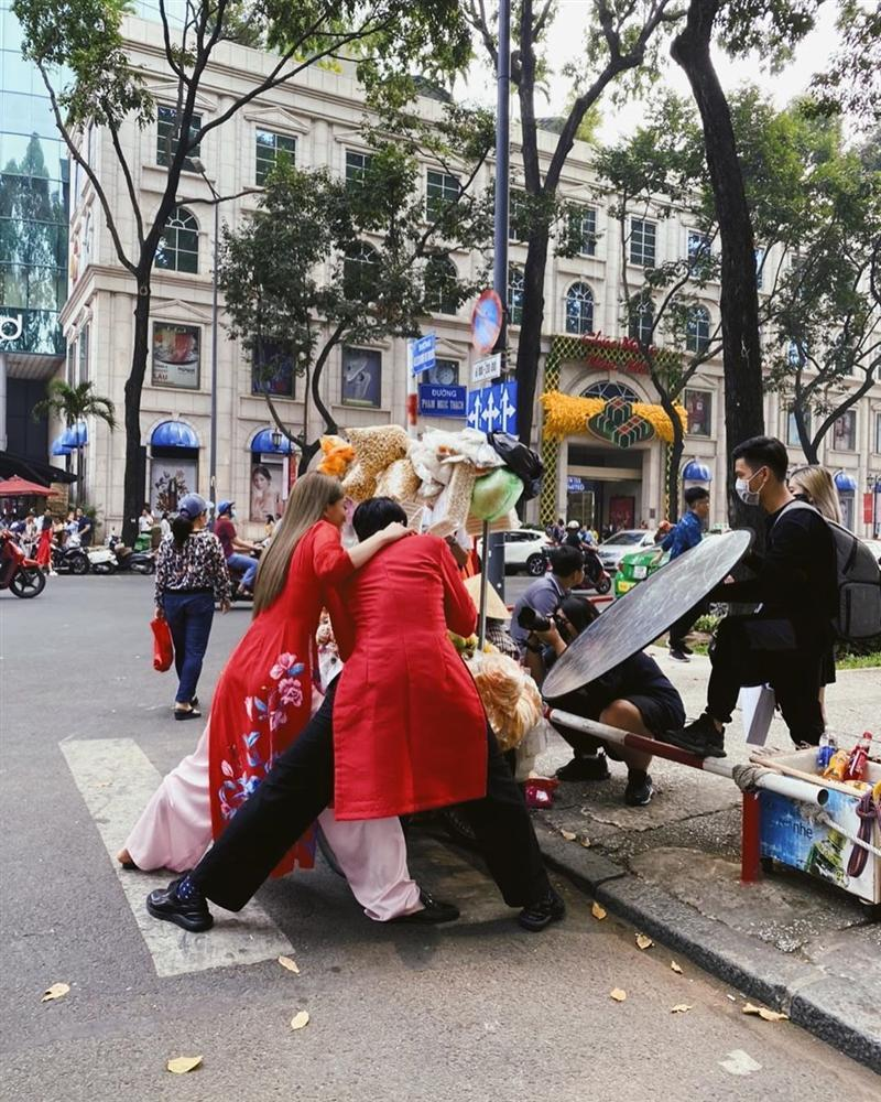 Hết hồn với dáng đứng của Bình An - Bùi Phương Nga trên phố khi mặc áo dài-2