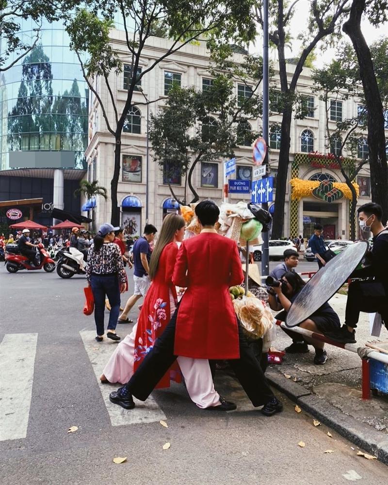 Hết hồn với dáng đứng của Bình An - Bùi Phương Nga trên phố khi mặc áo dài-1
