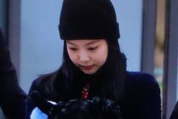BLACKPINK Jennie cúi gằm mặt, lộ vẻ hoảng sợ tại sân bay