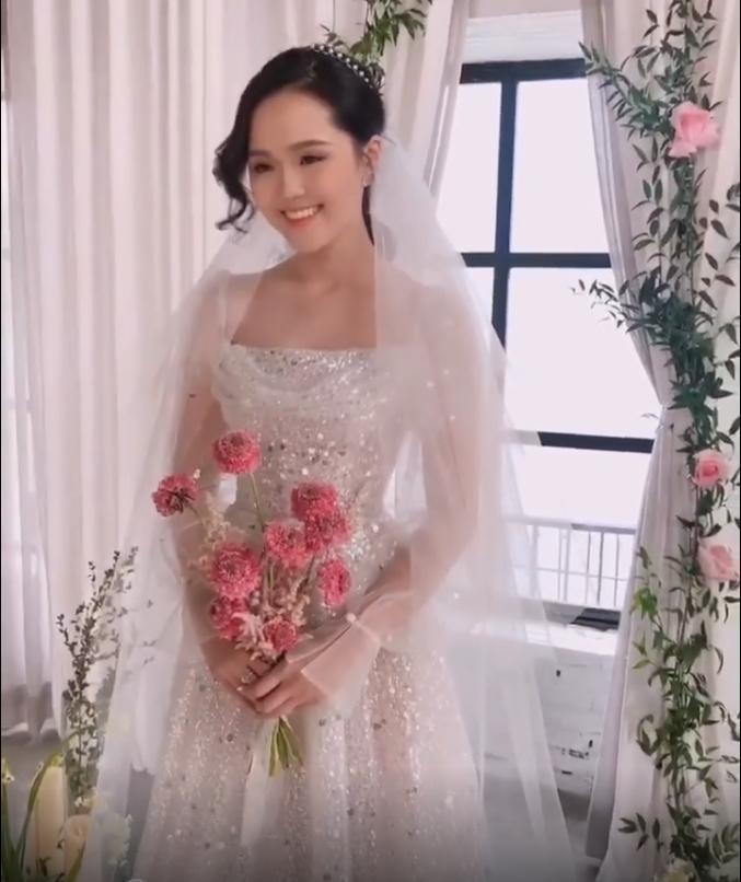 Sau diện mạo hơi dừ trong ngày ăn hỏi, fan hy vọng vợ tương lai Đỗ Duy Mạnh đổi phong cách trong ngày cưới-2