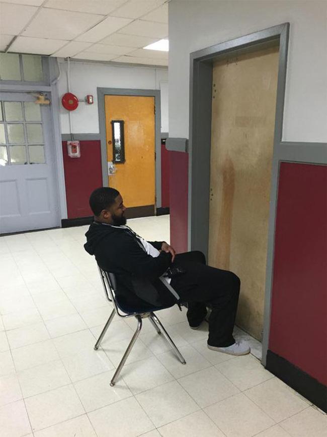 Bắt quả tang học sinh trốn trong WC hút thuốc, phản ứng của thầy giáo khiến ai cũng buồn cười-1