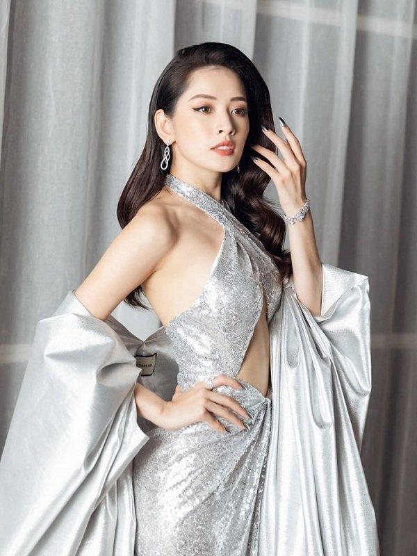 Chi Pu khoe vòng 1 nóng bỏng và cơ bụng săn chắc trong váy bạc cắt xẻ khiến fan trầm trồ-4