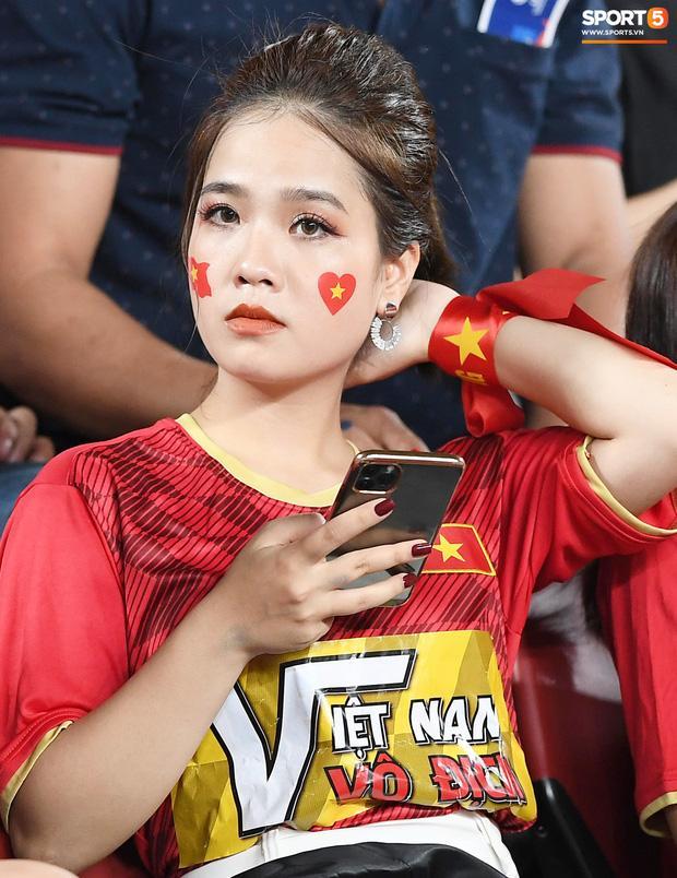 Không còn nghi ngờ gì nữa, bạn gái tin đồn xuất hiện xinh đẹp trên khán đài cổ vũ Quang Hải rồi kìa-3