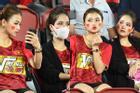 Gái xinh 'thơm lây' sau bức ảnh thân thiết trên khán đài với 'bạn gái tin đồn' của Quang Hải