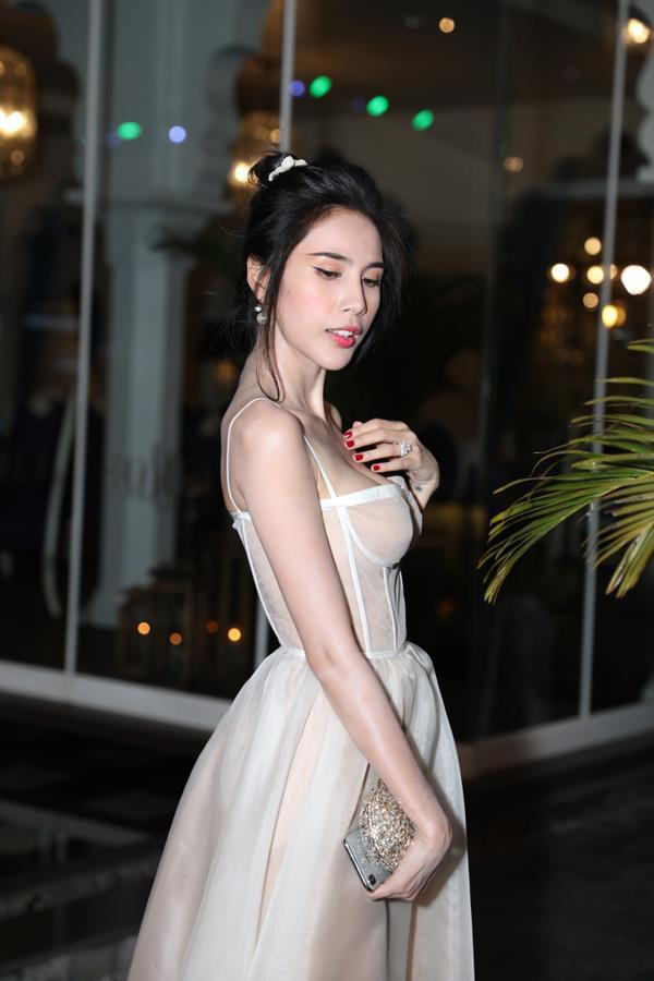 Minh Hằng, Nhã Phương gây lo lắng khi lộ thân hình gầy guộc-7
