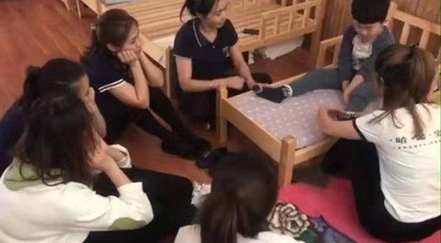 Bé trai mẫu giáo số hưởng được 6 cô giáo xinh đẹp phục vụ và sự thật bất ngờ-1
