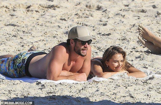Liam Hemsworth hôn tình mới sau 5 tháng ly hôn Miley Cyrus-1