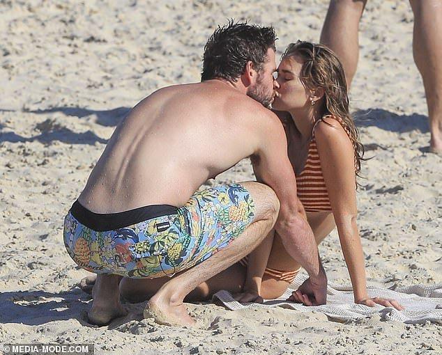 Liam Hemsworth hôn tình mới sau 5 tháng ly hôn Miley Cyrus-2