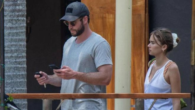 Liam Hemsworth hôn tình mới sau 5 tháng ly hôn Miley Cyrus-6