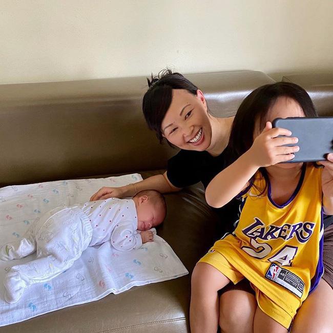 Thoải mái khoe cận mặt tiểu công chúa mới sinh nhưng Shark Linh lại làm điều trái ngược với con gái cả-1