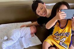 Thoải mái khoe cận mặt tiểu công chúa mới sinh nhưng 'Shark' Linh lại làm điều trái ngược với con gái cả