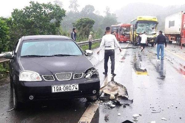 4 ô tô hư hỏng trong tai nạn liên hoàn trên cao tốc Nội Bài-Lào Cai-1