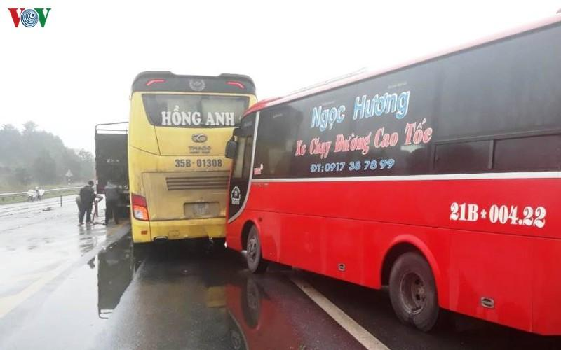 4 ô tô hư hỏng trong tai nạn liên hoàn trên cao tốc Nội Bài-Lào Cai-2