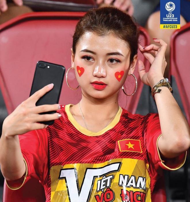 CĐV châu Á khen ngợi nhan sắc cô gái Việt xuất hiện trên fanpage AFC-1