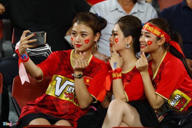 CĐV châu Á khen ngợi nhan sắc cô gái Việt xuất hiện trên fanpage AFC-2