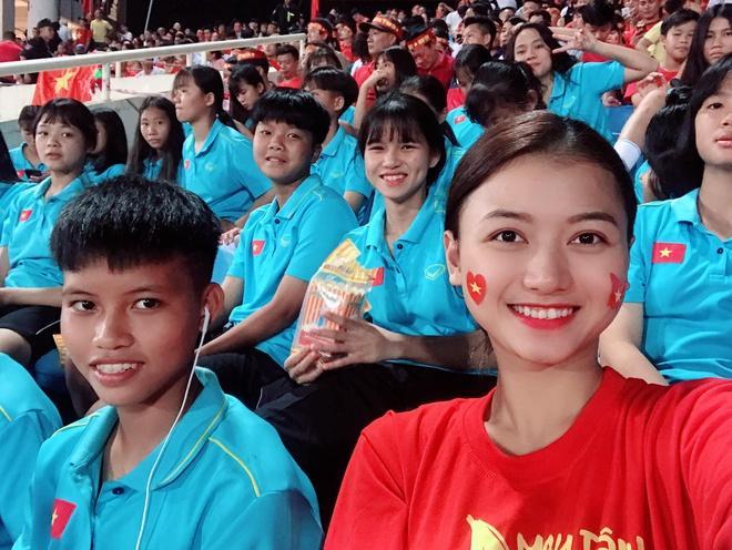 CĐV châu Á khen ngợi nhan sắc cô gái Việt xuất hiện trên fanpage AFC-5