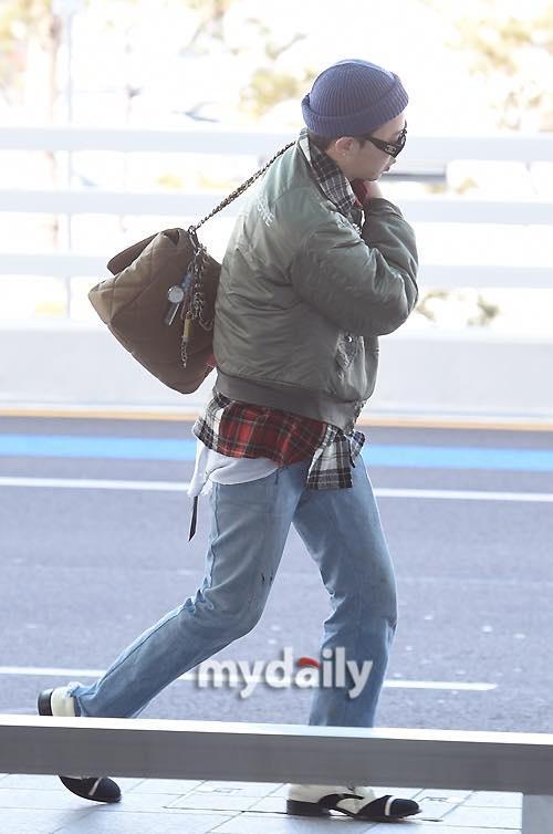 G-Dragon ăn mặc khó hiểu, đeo túi Chanel nữ tính ra sân bay-2
