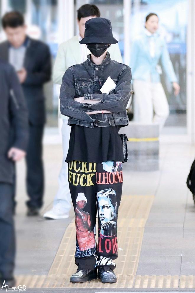 G-Dragon ăn mặc khó hiểu, đeo túi Chanel nữ tính ra sân bay-5